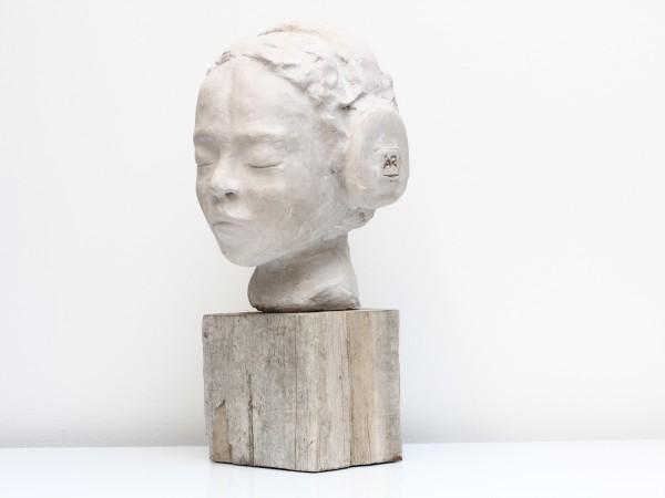 thumbnail galerie sculpture plâtre l'enfant dans sa musique 2 terres ethniques by Anne Requillart